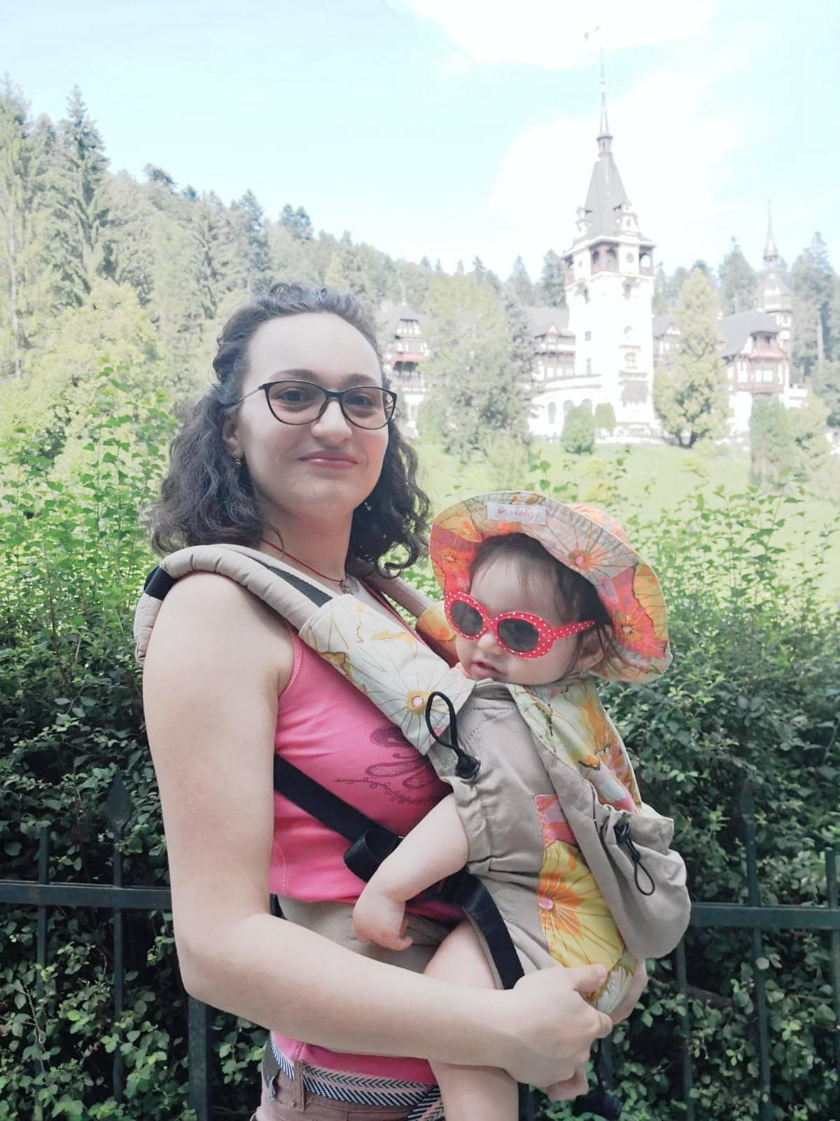 Micuța Petra, purtată cu dragoste de mama sa, Oana Mocanu
